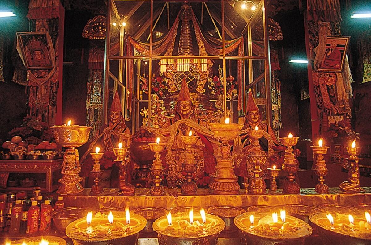 甘丹寺揚巴金經院護法殿內宗喀巴大師靈塔,靈塔前供奉大師父子三尊。圖片授權:MOOK