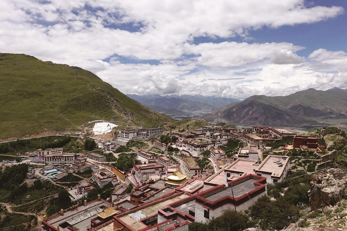 甘丹寺的後山──卓日沃切山。宗大師在此取出法螺,為大弘聖教的緣起。攝影:楊建興
