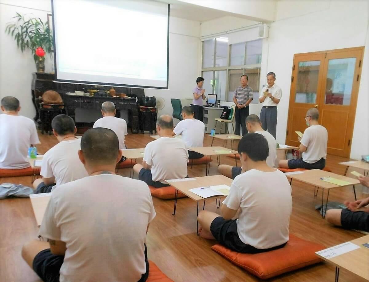 高雄監獄廣論班上課情況。班長:陳益華(右一站立者);副班長:林世民(右二站立者)。照片提供:監獄廣論班