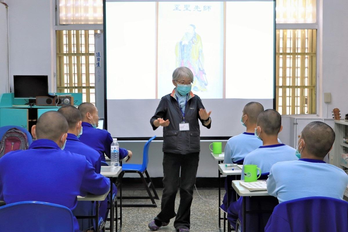 廖素珠進入台東男少觀所授課。照片提供:廖素珠