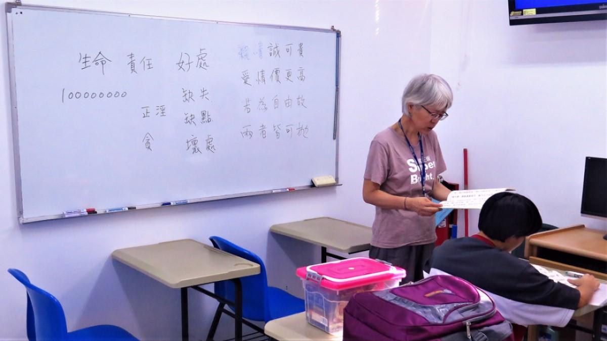 廖素珠進入台東女少觀所授課。照片提供:廖素珠