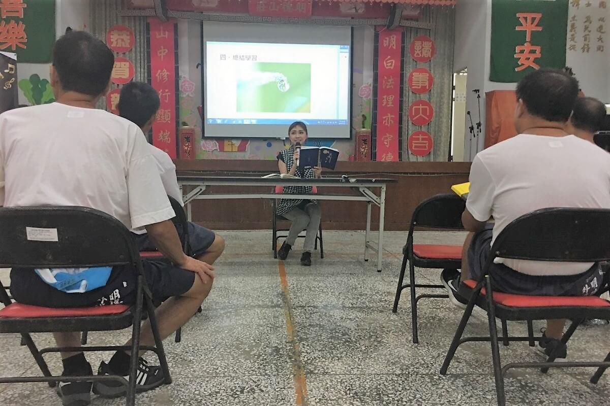 林可婷在課程中讓同學聆聽真如老師的全球廣論並作講解。照片提供:林可婷