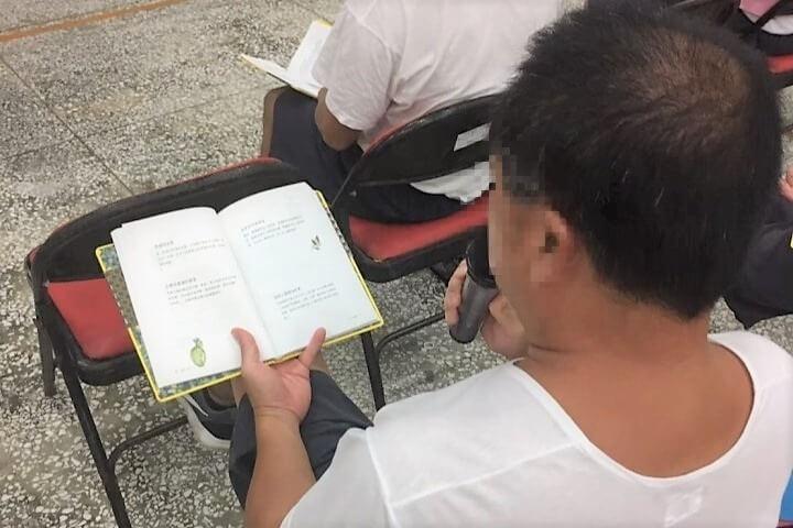 同學在課程中閱讀與念誦真如老師的《希望新生》法語。照片提供:林可婷