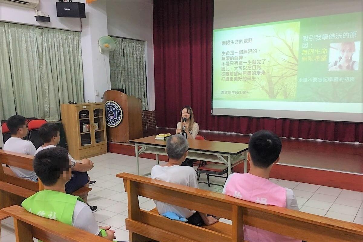林可婷與同學們分享自己的生命故事以及學習佛法的受用。照片提供:林可婷