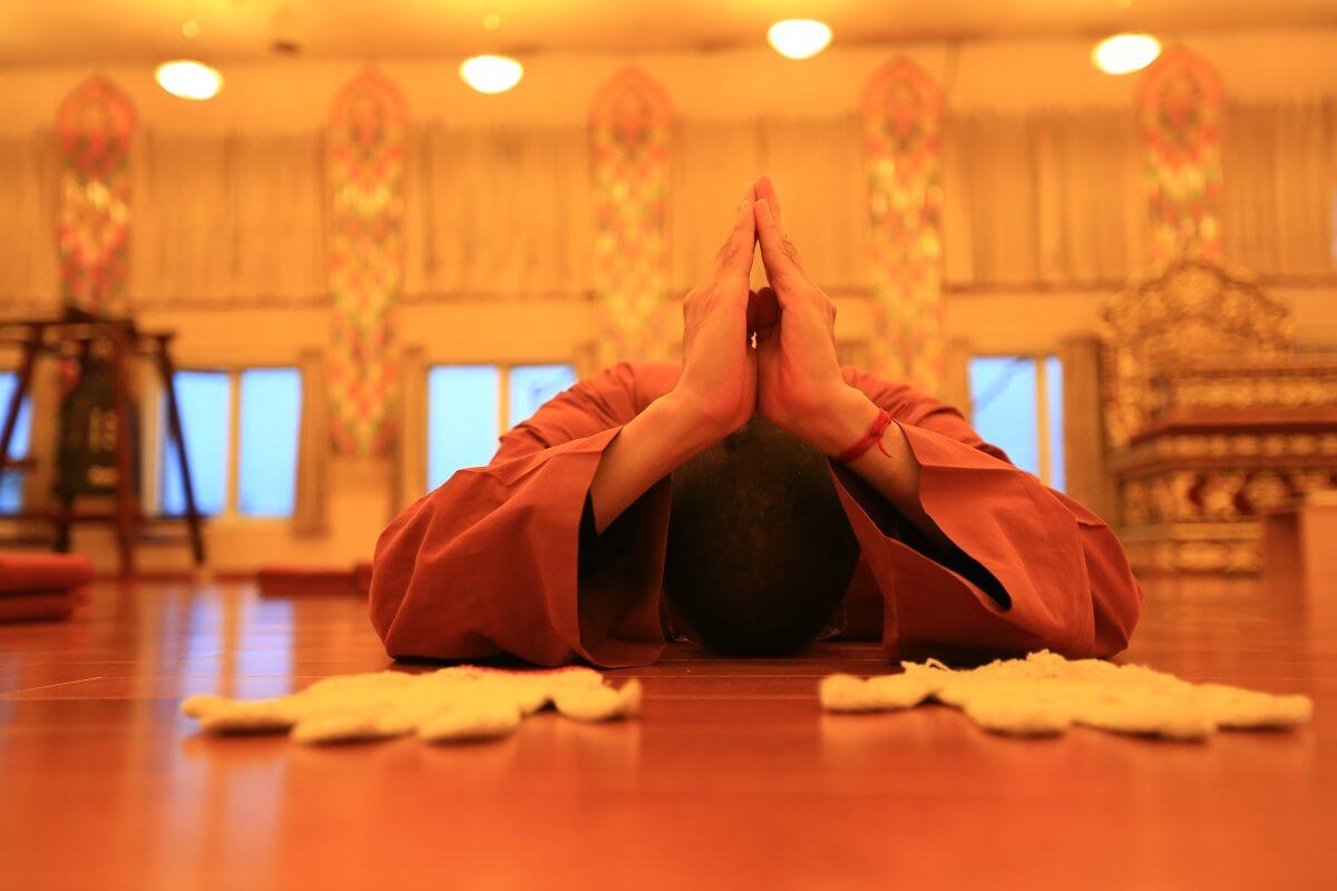 正在進行三十五佛懺大禮拜的僧人。圖片提供:傳燈寺