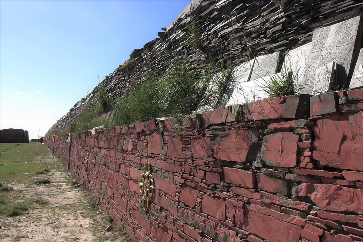 入藏路途上,無數信眾皈依心所砌成的石經牆,默默地為求法行者祈福。照片提供:蔡纓勳