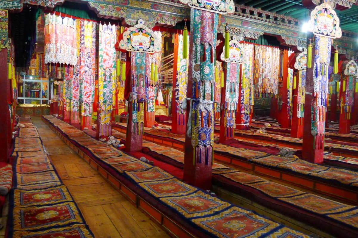 強巴林寺的措欽大殿(即大雄寶殿),殿內幢幡林立,肅穆莊嚴。照片提供:賈文勝