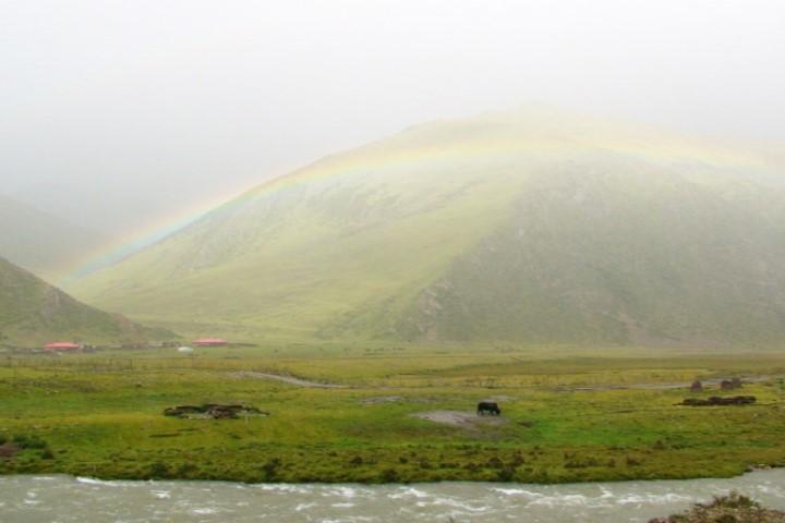 拉薩河,注入雅魯藏布江。沿著拉薩河,可以進入拉薩山城,這路段充滿綺麗與神韻,可以看見虔誠朝聖的藏人,可以遐想布達拉宮,可以思惟觀音菩薩的容顏。我們經過時,天空畫過一道彩虹,似乎歡迎我們到來。照片提供:蔡纓勳
