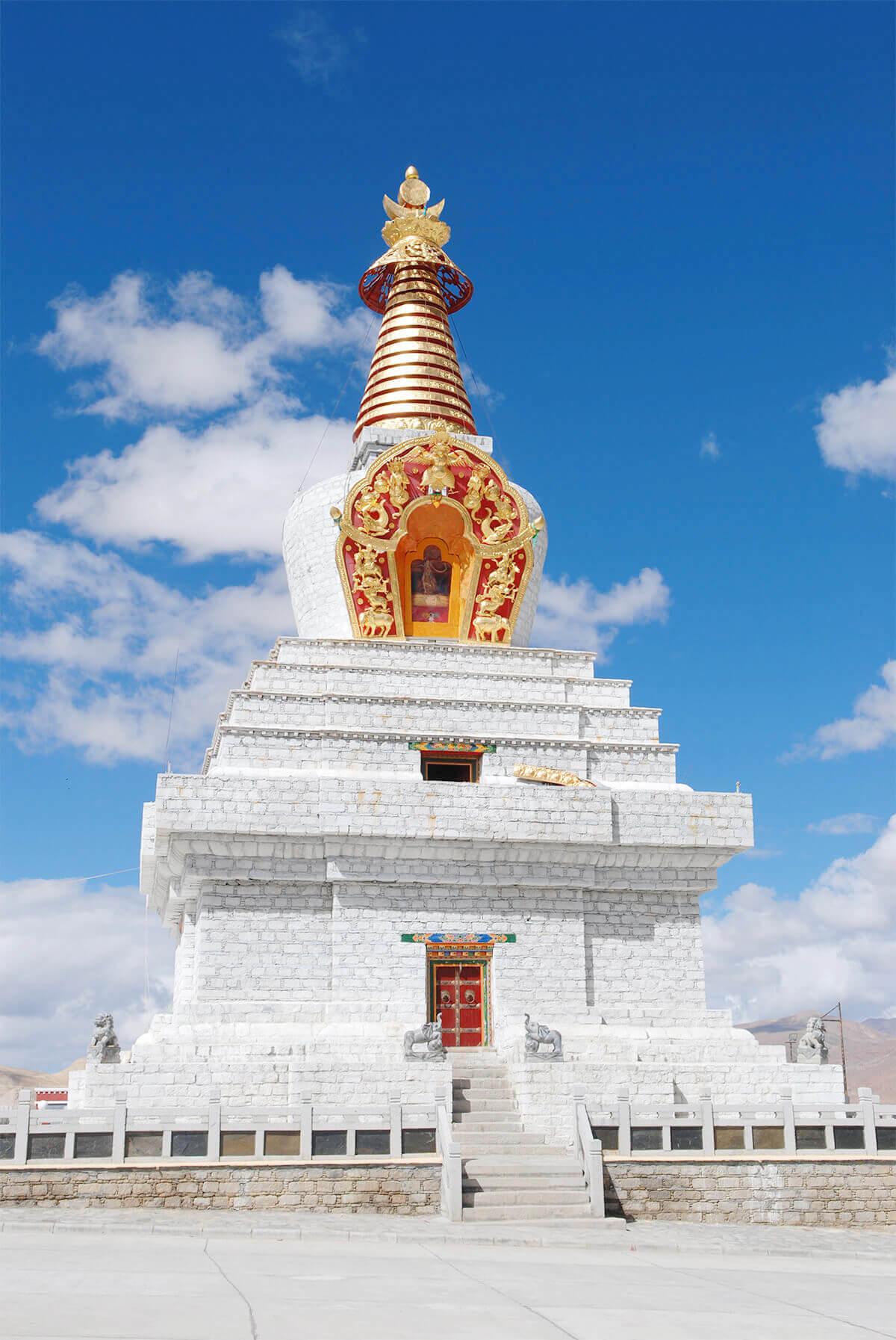位於薩迦南寺外的大菩提塔,像一座璀璨燈塔,照耀大千世界。照片提供:賈文勝