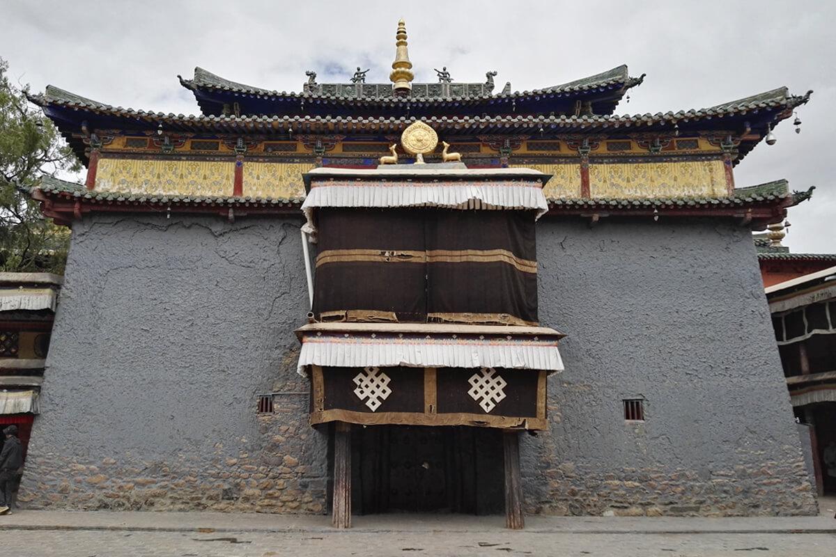 夏魯寺的前殿,藏漢結合的建築風格而享譽西藏。該寺採用藏式殿樓配漢式琉璃磚瓦頂、飛檐獸吻,加木架斗栱進行支撐,使得藏漢建築風貌融為一體。照片提供:倪舸