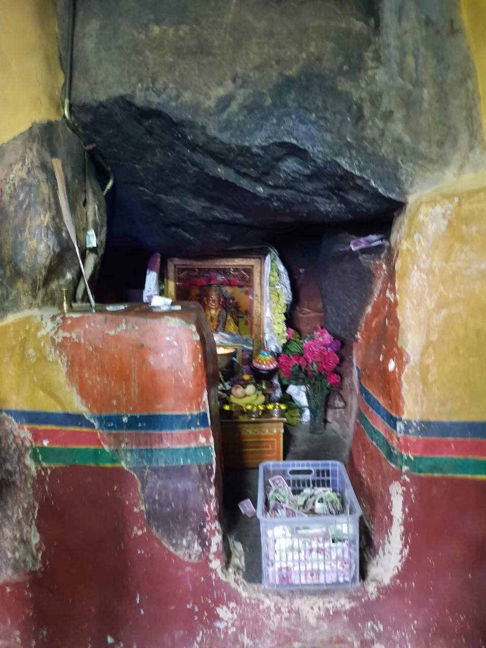 宗大師曾於沃卡地區閉關專修,此為沃卡曲龍寺宗大師閉關山洞。攝影:楊建興